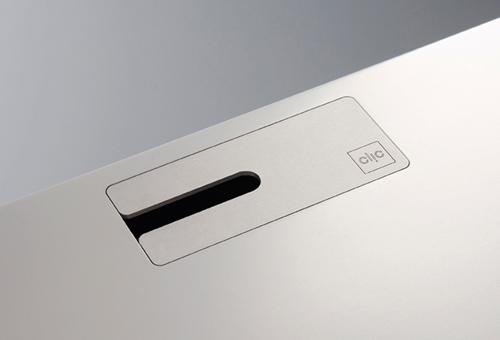 Les plaques de recouvrement de câbles spécialement conçues par clic permettent une solution élégante pour le câblage du meuble. Les plaques de recouvrement des câbles sont fabriquées en aluminium ou en laiton. Il existe 4 types de couvercles de câbles et ils s'adaptent à tous les modèles clic. Toutes les plaques de recouvrement des câbles sont disponibles en argent, noir ou laiton et sont gravées d'un discret logo clic.