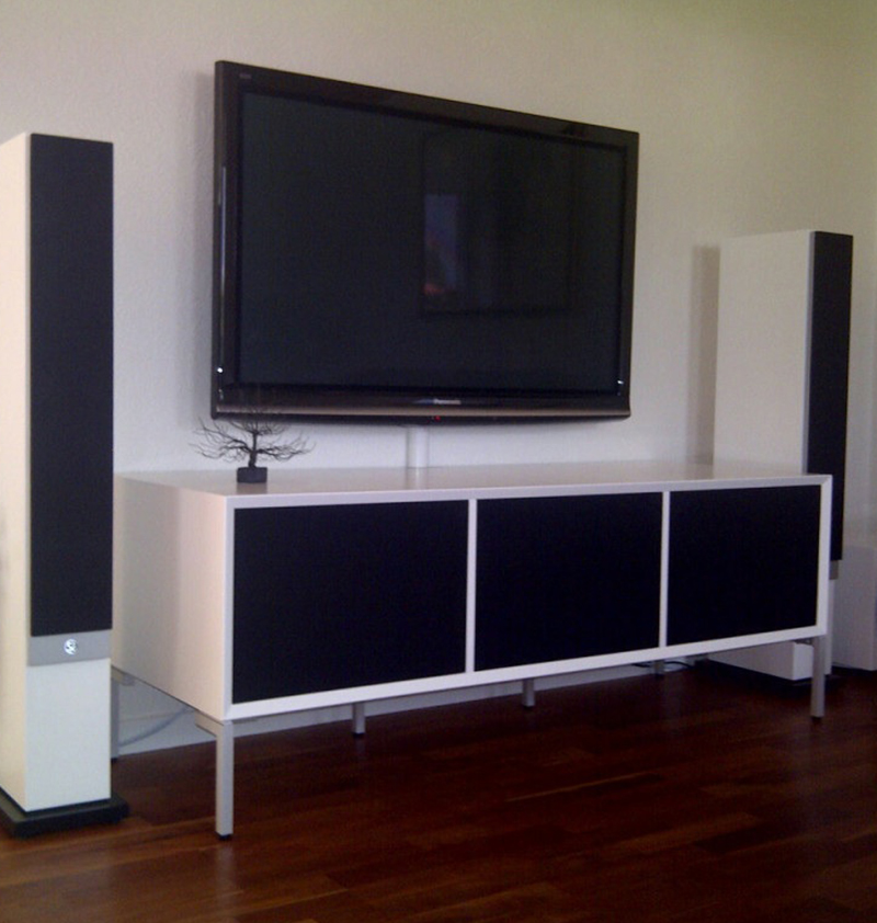 Set-up with a white model 231 with 3 black fabric doors on clic alu stands 2